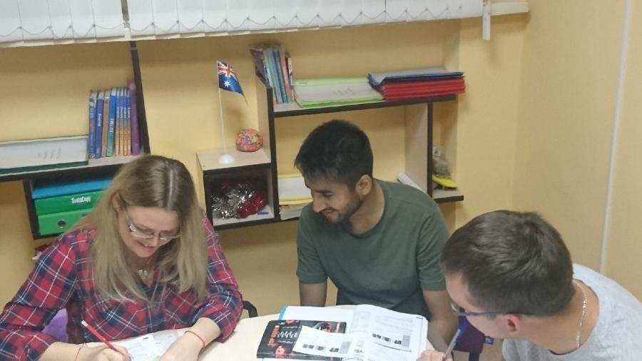 Студенты на занятиях по английскому в Гомеле - Инглиш компани.